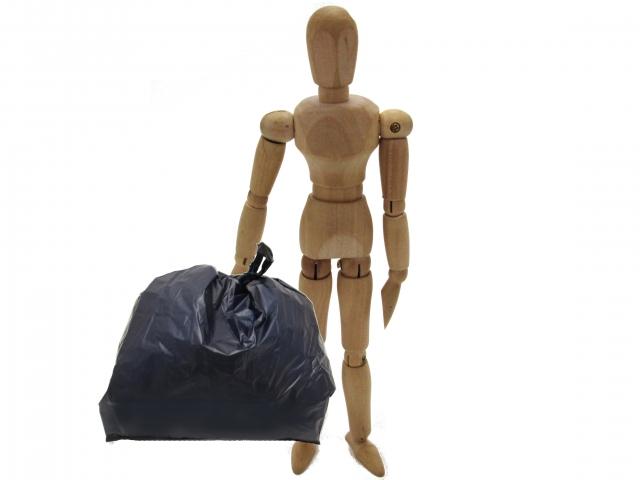(写真05803)ゴミ袋を手に持って